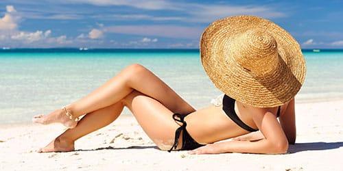лежать на пляже
