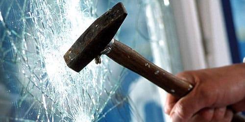 бить молотком витрину
