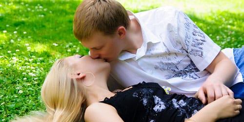 целоваться с молодым человеком