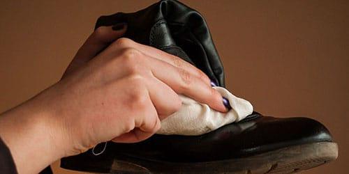 натирать ботинки