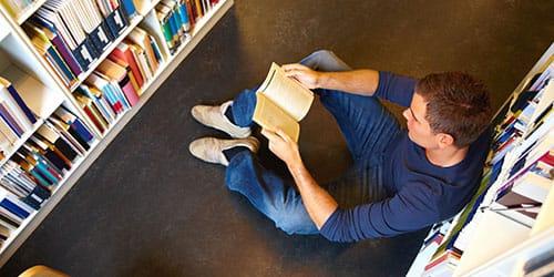 парень с книгой