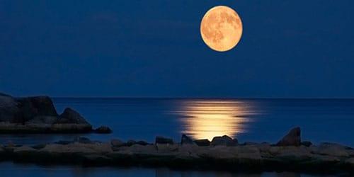отражение луны в воде