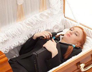 Гроб с покойником без крышки