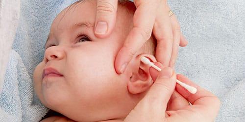 чистить ребенку ушки