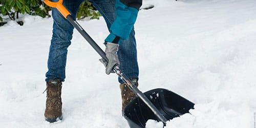 чистить двор от снега