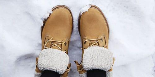 стоять на снегу