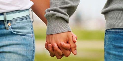 держать любимого за руку
