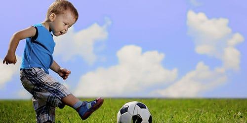 ребенок играет с мячиком