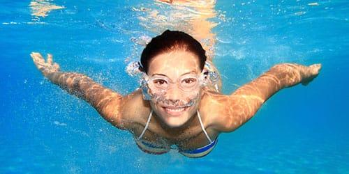 купаться в бассейне с чистой водой во сне