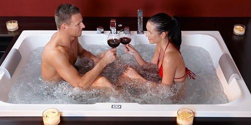 девушка с парнем в ванне