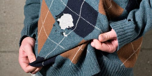 дырка на свитере