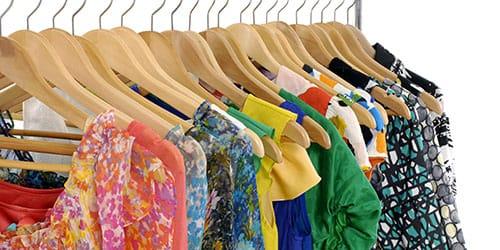 платья на вешалках