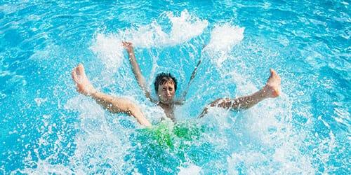упасть в воду