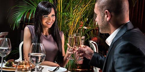 девушка с мужчиной в ресторане