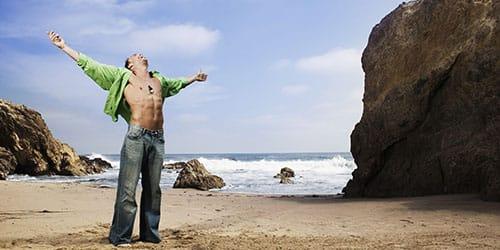 стоять на берегу