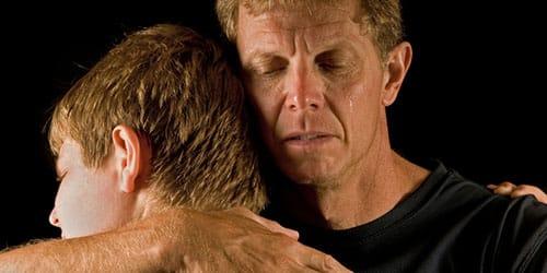 обнять отца