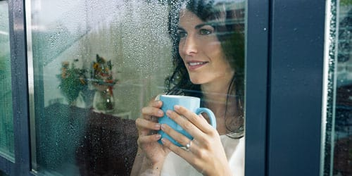 смотреть в окно на улицу во сне