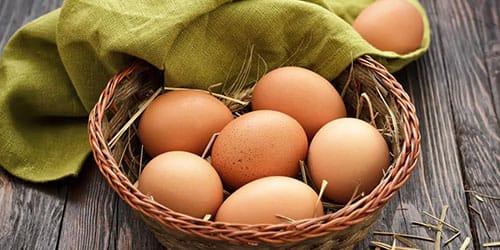 яйца кур в корзинке