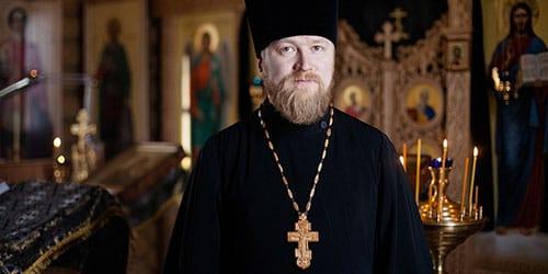 видеть во сне священника в черном