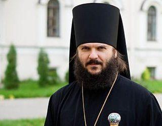 Священник в черном