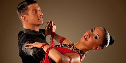 пара танцует