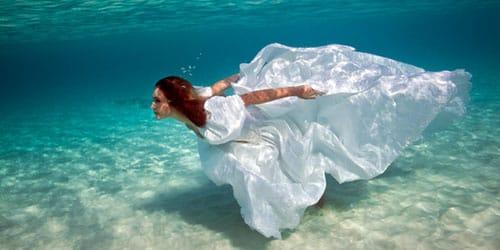 нырять в воду