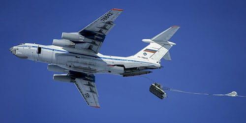 самолет сбрасывает десантников