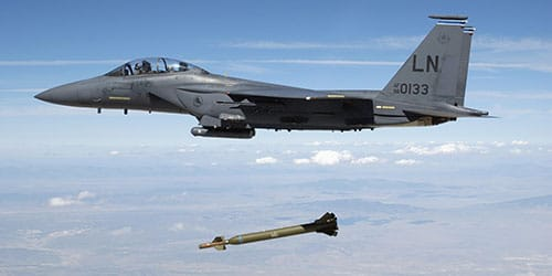 самолет сбрасывает снаряды