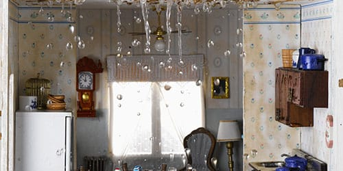 вода льется с потолка