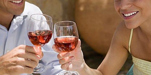 чокаться вином
