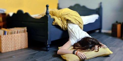 упасть с кровати