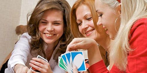 девушки играют