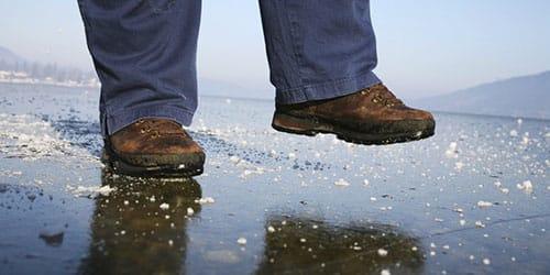 идти по льду