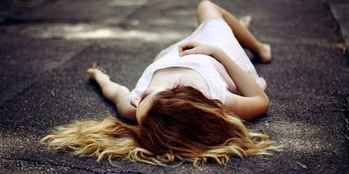 лежать на бетоне