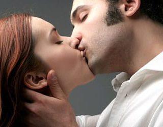 Мужчина целует в губы
