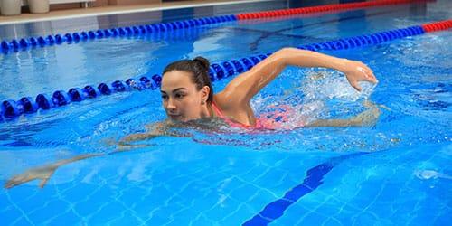 плавать в бассейне во сне