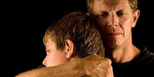 обнимать отца