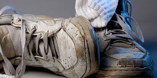 рваные кроссовки