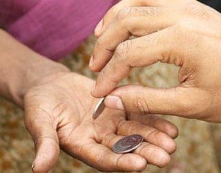 Давать милостыню