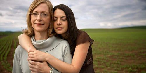 обнимать маму