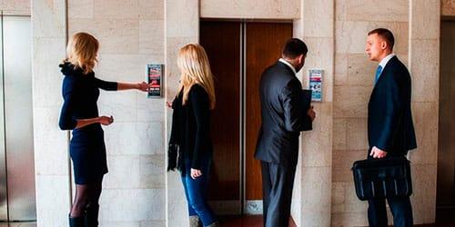 люди у лифта
