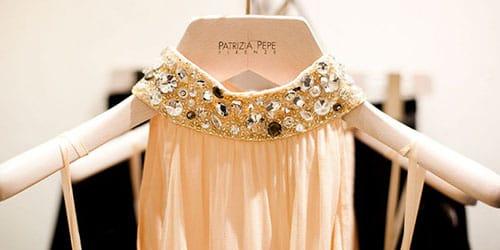 платье на плечиках