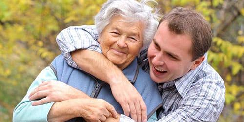 обнимать бабушку