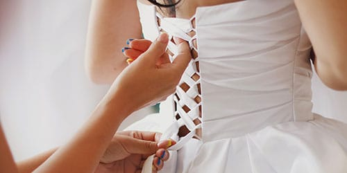 одевать свадебное платье