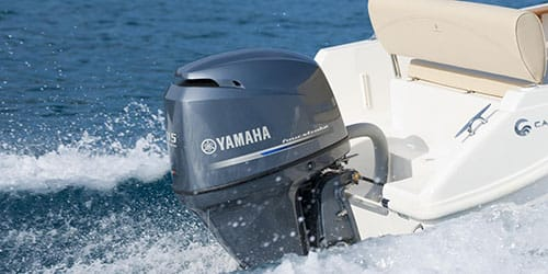 мчаться на лодке