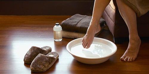 мыть ноги