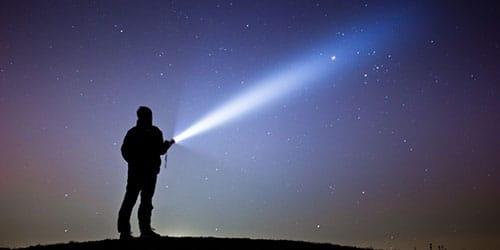 к чему снится светить фонариком в темноте
