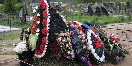 венки на кладбище