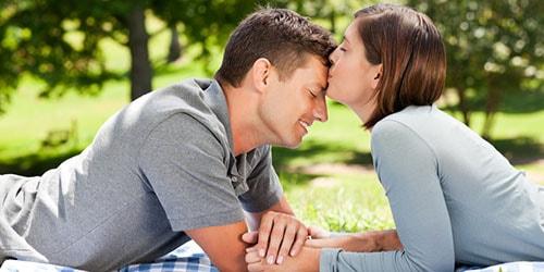 целовать парня