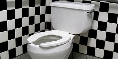 к чему снится опорожняться в туалете